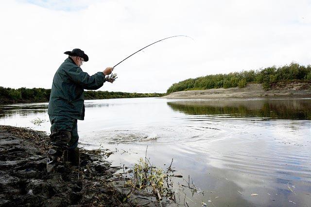 Fischereischein Rheinland Pfalz angeln Mann Ufer