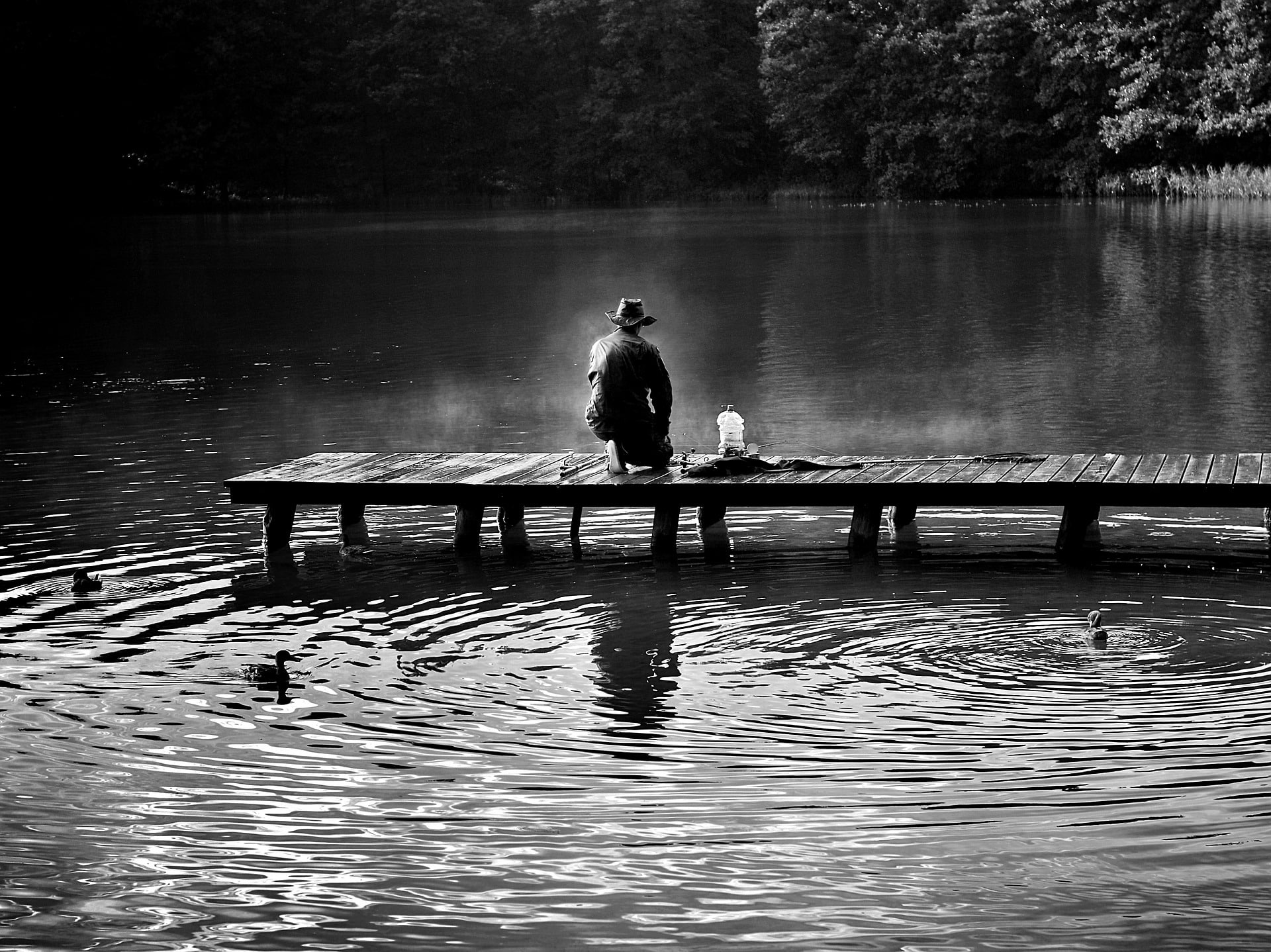 Angelschein Tuebingen - Mann in schwarz weiss am See